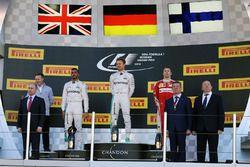المنصة: الفائز نيكو روزبرغ، مرسيدس، المركز الثاني لويس هاميلتون ، مرسيدس، المركز الثالث كيمي رايكونن
