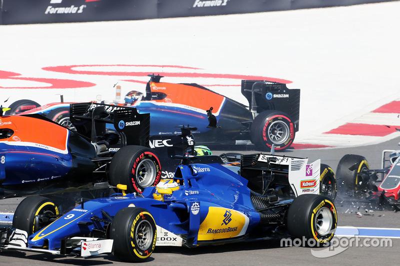 Marcus Ericsson, Sauber C35 choca al inicio de la carrera