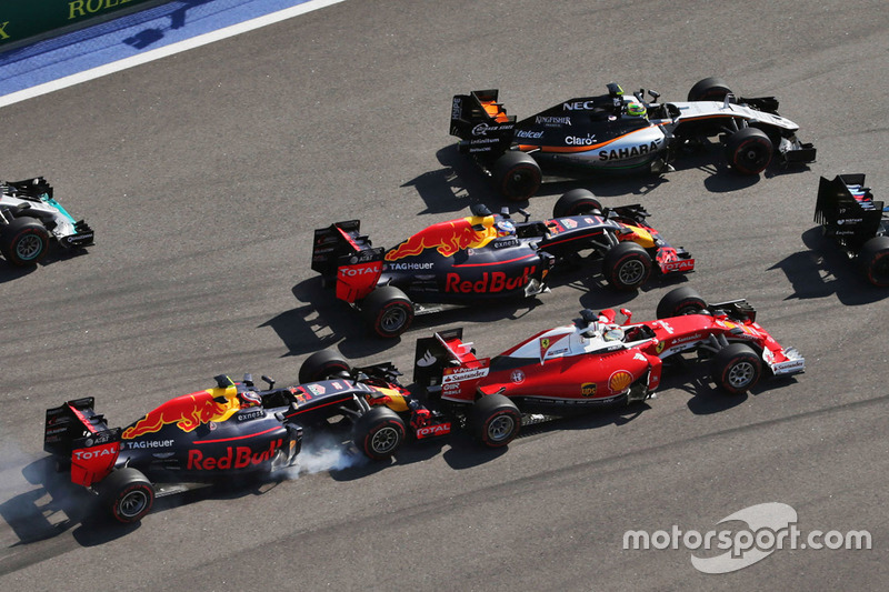 Данііл Квят, Red Bull Racing RB12, врізається у Себастьяна Феттеля, Ferrari SF16-H на старті