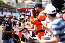 Carlos Sainz Jr., Scuderia Toro Rosso, zet handtekeningen voor fans