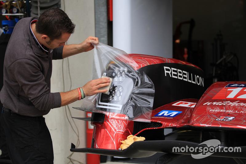 Un mécanicien de Rebellion Racing au travail