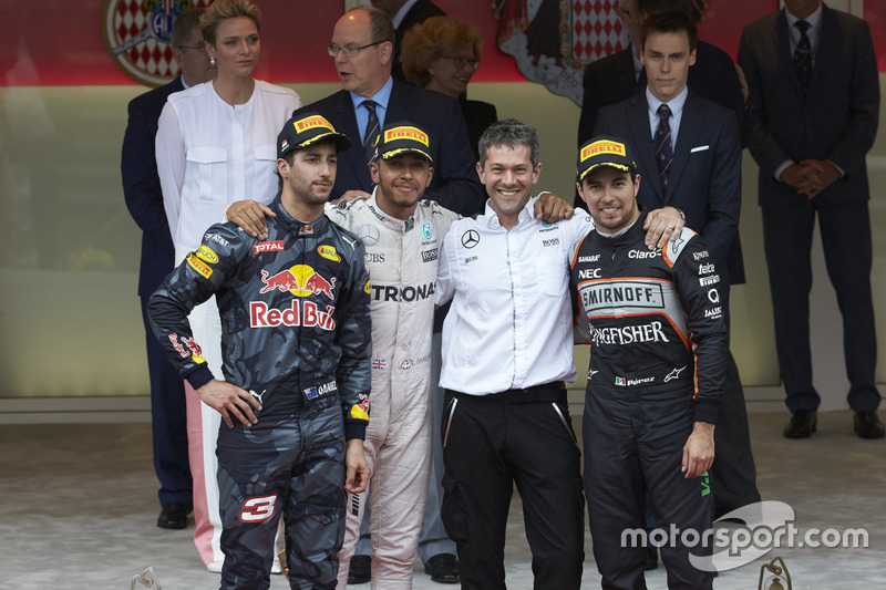 Podium : Daniel Ricciardo, Red Bull Racing, second ; Lewis Hamilton, Mercedes AMG F1, vainqueur ; Sergio Perez, Sahara Force India F1, troisième avec Nathan Davey, Mercedes AMG F1