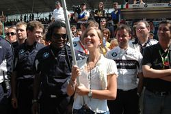 Das Team und Freundin Liri feiern Augusto Farfus für seinen Sieg
