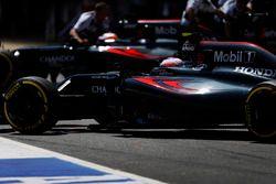 Jenson Button, McLaren MP4-31 et Fernando Alonso, McLaren MP4-31 dans la ligne des stands