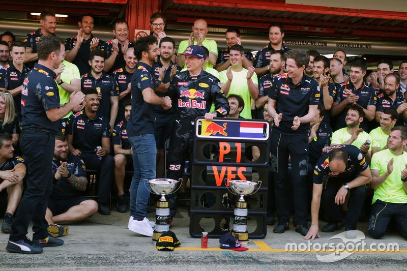 Ganador, Max Verstappen, Red Bull Racing celebra con Daniel Ricciardo, Red Bull Racing y el equipo