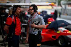 Arden International Team Manager, Richard Dent, habla con un ingeniero de Pirelli