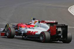 Esteban Gutierrez, Haas F1 Team VF-16; Kimi Räikkönen, Ferrari SF16-H
