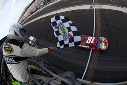 Kyle Busch, Joe Gibbs Racing Toyota passe sous le drapeau à damier