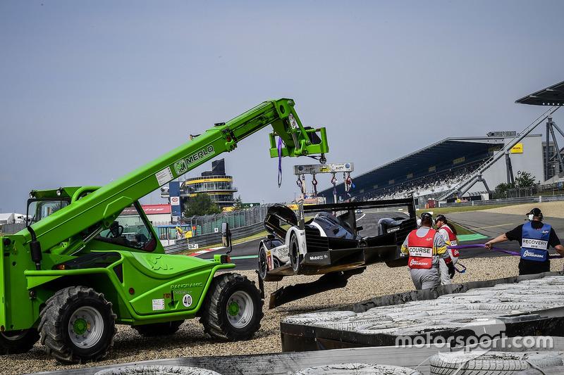 #2 Porsche Team Porsche 919 Hybrid: Romain Dumas, Neel Jani, Marc Lieb, getting towed