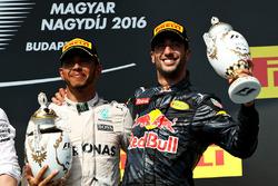Podium : le vainqueur Lewis Hamilton, Mercedes AMG F1 et le troisième, Daniel Ricciardo, Red Bull Racing