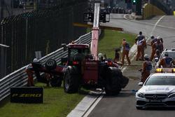 Машину Акаша Нанди, Jenzer Motorsport убирают краном с трассы