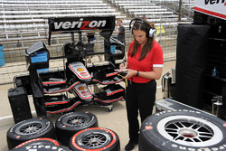 Cara Adams, Bridgestone Proje Mühendisi, Yarış Lastiği Gelişimi