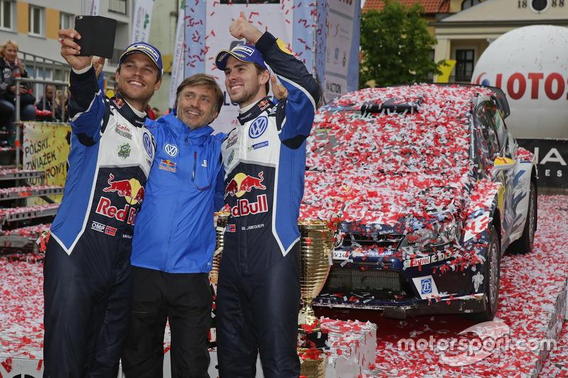 I vincitori Andreas Mikkelsen, Anders Jäger, Volkswagen Polo WRC, Volkswagen Motorsport con Jost Capito, Direttore Volkswagen Motorsport