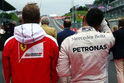 Kimi Raikkonen, Ferrari y Lewis Hamilton, Mercedes AMG F1