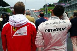 Kimi Räikkönen, Ferrari et Lewis Hamilton, Mercedes AMG F1 alors que la grille écoute l'hymne national
