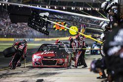 Kurt Busch, Stewart-Haas Racing Chevrolet, pit stop