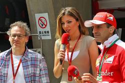 Jacques Villeneuve avec Federica Masolin, Présentatrice Sky F1 Italia et Marc Gene, pilote d'essais Ferrari
