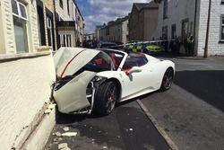 Pareja de recién casados choca un Ferrari 458