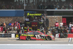 Clint Bowyer, HScott Motorsports Chevrolet, acción en pits