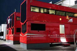 Camiones Ferrari en el paddock por la noche