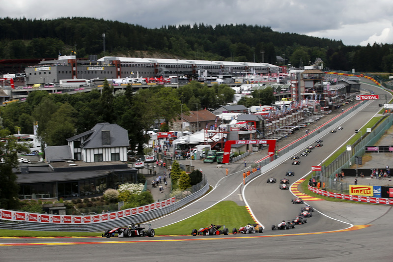 Start van de wedstrijd, Joel Eriksson, Motopark, Dallara F312 - Volkswagen, Callum Ilott, Van Amersf