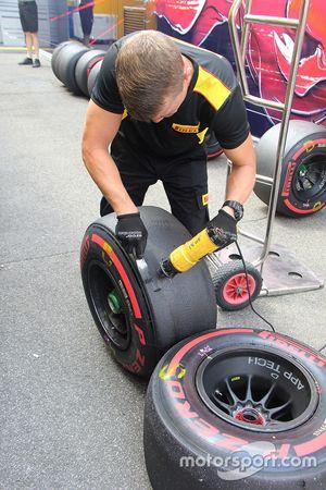 Техники Pirelli работают с шинами после тренировочной сессии