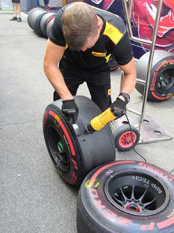 Técnico de Pirelli raspando los neumáticos utilizados en la práctica