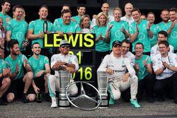 Le vainqueu Lewis Hamilton, Mercedes AMG F1 fête sa victoire avec son équipier Nico Rosberg, Mercedes AMG F1et l'équipe