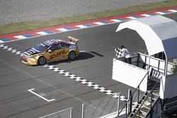 Tom Coronel, Roal Motorsport, Chevrolet RML Cruze TC1 sous le drapeau à damiers.
