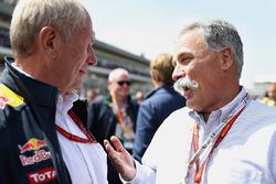 Chase Carey, Presidente de Formula One Group habla con Dr Helmut Marko, Red Bull Racing Team Consultor