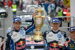 Sébastien Ogier, Julien Ingrassia, Volkswagen Polo WRC, Volkswagen Motorsport with the trophy