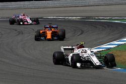 Charles Leclerc, Sauber C37, Fernando Alonso, McLaren MCL33 et Esteban Ocon, Force India VJM11
