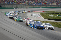 Martin Truex Jr., Furniture Row Racing, Toyota Camry Auto-Owners Insurance and Erik Jones, Joe Gibbs Racing, Toyota Camry Freightliner lead the field to the green flag