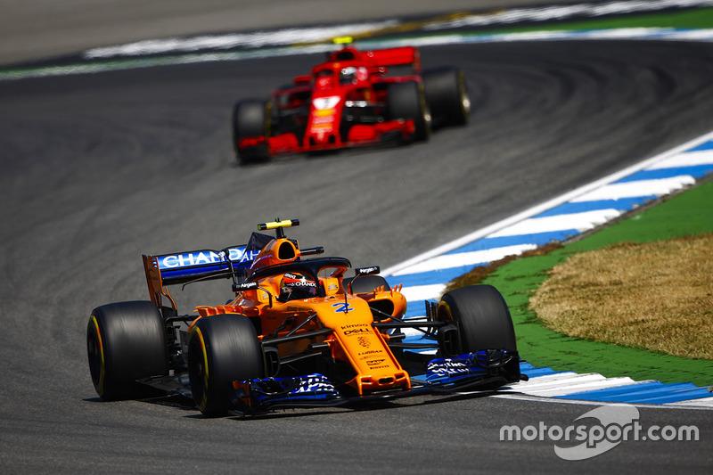 Stoffel Vandoorne, McLaren MCL33, za nim Kimi Raikkonen, Ferrari SF71H