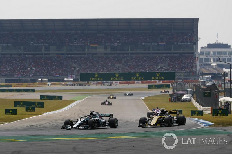 Lewis Hamilton, Mercedes AMG F1 W09, pasa a Nico Hulkenberg, Renault Sport F1 Team R.S. 18