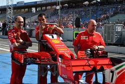 Механики Ferrari с носовым обтекателем и передним антикрылом SF71H