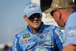 Kevin Harvick, Stewart-Haas Racing, Ford Fusion Busch Light and crew member