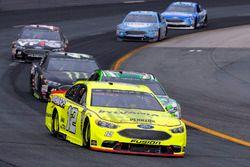 Ryan Blaney, Team Penske, Ford Fusion Menards/Sylvania e Kyle Busch, Joe Gibbs Racing, Toyota Camry Interstate Batteries