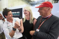 Toto Wolff, Director Ejecutivo, Mercedes AMG, Emilia Bottas y Niki Lauda, Presidente no ejecutivo, Mercedes AMG