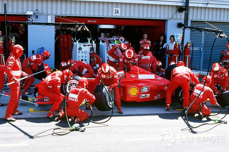 В это же время проблемы на пит-стопе возникли у Ирвайна – он промахнулся мимо гаража Скудерии и остановился не там, где ждали механики, из-за чего потерял несколько секунд и уступил лидерство Култхарду. Позже Ирвайн оправдывался тем, что ошибся на пит-лейне из-за механиков McLaren, перекрывших ему обзор