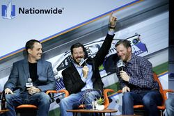 Martin Truex Jr., Furniture Row Racing Toyota, Dale Earnhardt Jr., Hendrick Motorsports Chevrolet