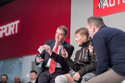 Nigel Mansell doet een goocheltruc met Billy Monger op de Autosport Stage met Henry Hope-Frost