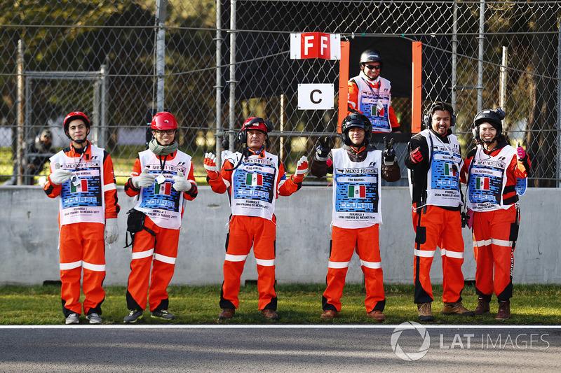 Oficiales de pista mexicanos posan antes de la PL1