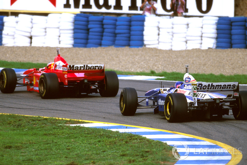 Jacques Villeneuve, Williams FW19, suit Michael Schumacher, Ferrari F310B