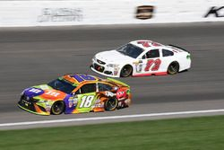Kyle Busch, Joe Gibbs Racing Toyota, Cole Whitt, TriStar Motorsports Chevrolet