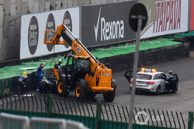 El coche chocado de Lewis Hamilton, Mercedes-Benz F1 W08 es retirado en la Q1