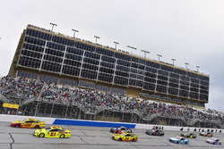 Joey Logano, Team Penske, Shell Pennzoil Ford Fusion and Paul Menard, Wood Brothers Racing, Menards / Moen Ford Fusion