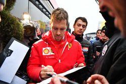 Sebastian Vettel, Ferrari firma autografi