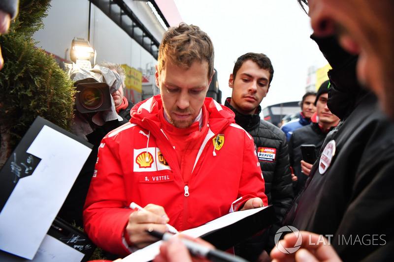 Sebastian Vettel, Ferrari frima autógrafos