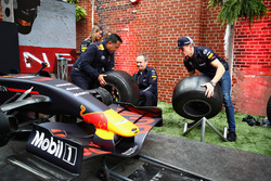 Max Verstappen, Red Bull Racing, Paul Monagan et David Tsurusaki participent au Red Bull Racing Pit Stop Challenge
